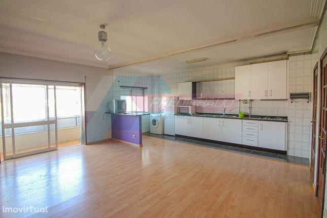 Apartamento T3 com terraço no centro da Vila de Prado!