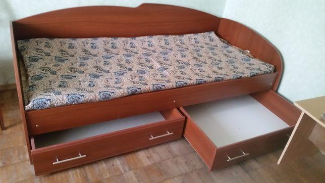 Кровать с выдвижными ящиками в отл.состоянии и др.