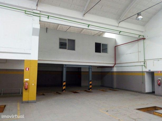 Armazém com 576 m2 para arrendar em Queluz de Baixo - Oeiras