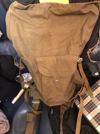 Военный рюкзак с подсумками и противогазом