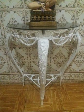 Mesa pintada em latão linda