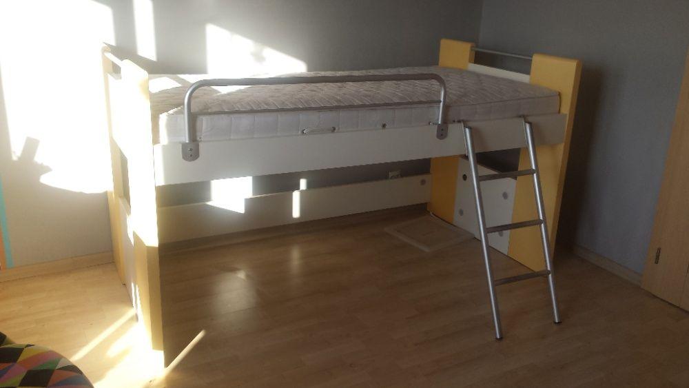 łóżko piętrowe z drabinką