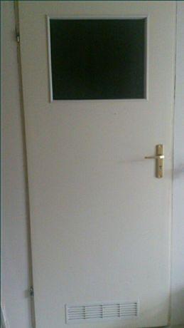 Drzwi białe 80 cm łazienkowe lewe, klamka w zestawie