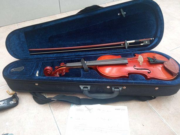Violino de 1/2 como novo. Com almofada. Custou 235€. Tenho fatura.