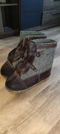 Zabytkowe buty wartownicze z drewnianą podeszwą