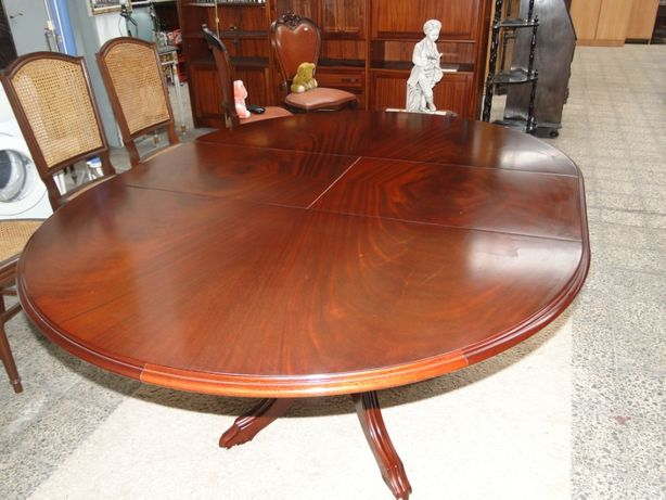 Mesa redonda extensível em madeira maciça (Mogno) em estado novo