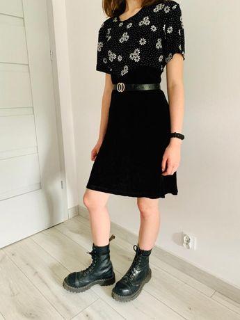 Czarna sukienka z motywem kwiatowym