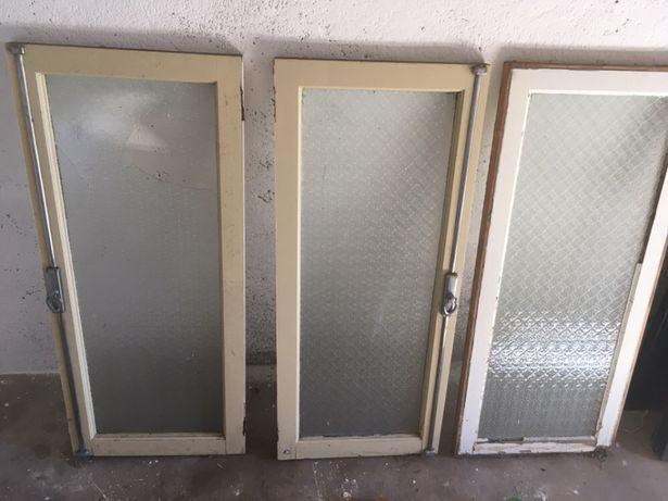 Três janelas antigas uma tem o vidro partido