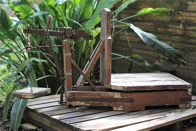 Balança decimal antiga em madeira e ferro