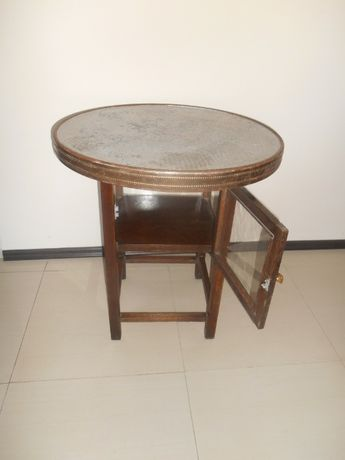 antyczny stolik okuty blachą z gablotą, stolik dębowy