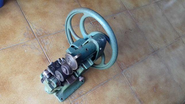 Máquina de sapateiro para cortar e chanfrar sola
