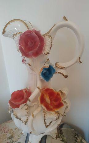 Jarro barro com rosas