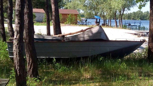 Продам моторний човен.