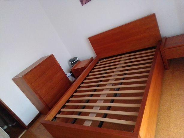 Cama de casal+duas mesas de cabeceira+1 cómoda