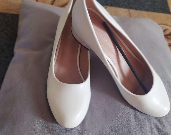 Женские туфли лодочки на низком широком каблуке ,белые