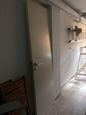 Porta de madeira de cor branca, com ferragens. 1,98*0,65