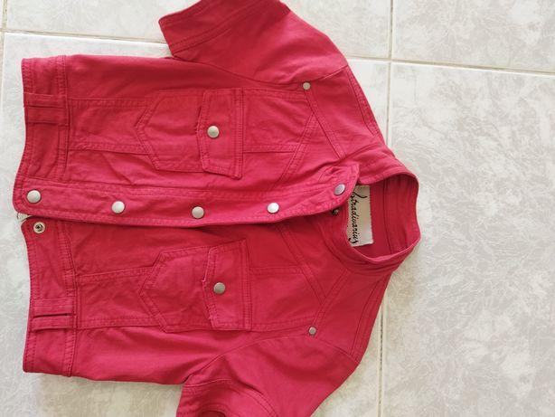 Casaco de ganga e jaqueta de cor vermelha