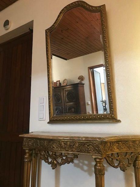Credência e espelho biselado talha dourada com tampo em mármore raro.