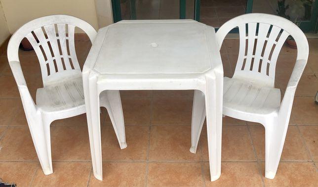 1 Mesa, 2 Cadeiras e 2 Espreguiçadeiras