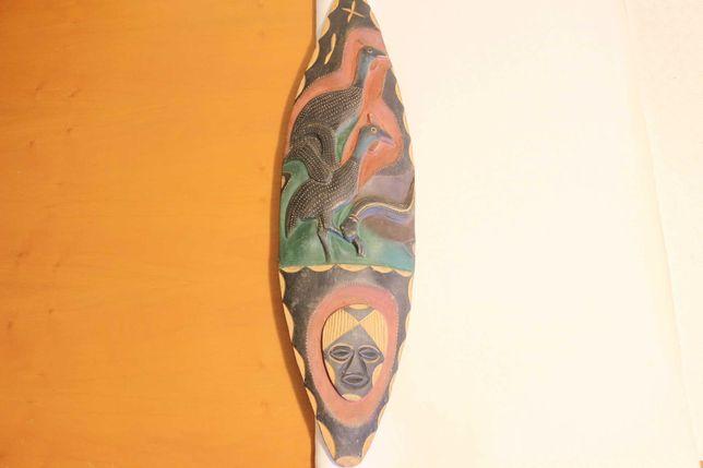 Escudo de Armas em Madeira Africana Colorida c Pega Aves e Cobra 74 cm