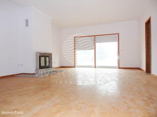 Apartamento T3 c/ parqueamento, inserido em condomínio fe...