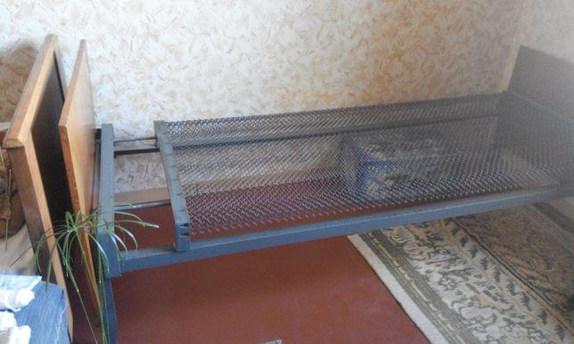 Кровать односпальная, на панцирной сетке.