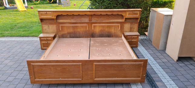 Łóżko z dwoma materacami i szafkami nocnymi