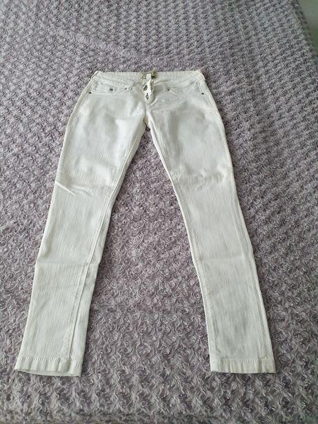 Spodnie białe BERSHKA