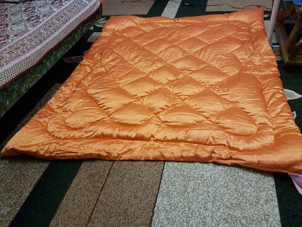 Одеяло полупуховое, двойное.