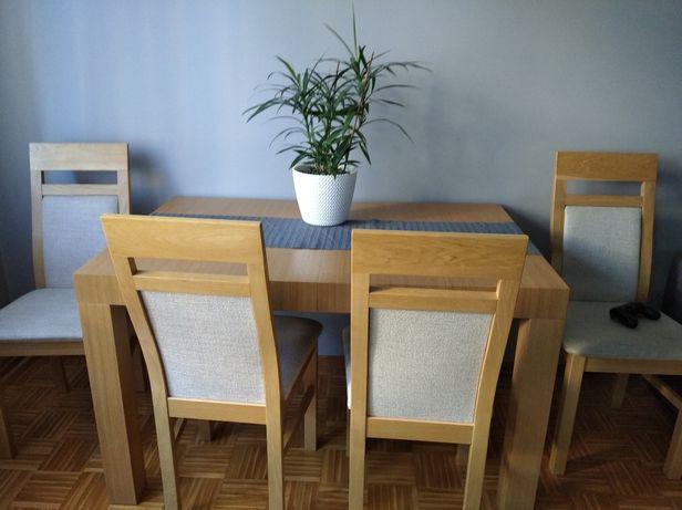 Drewniany dębowy stół z krzesłami