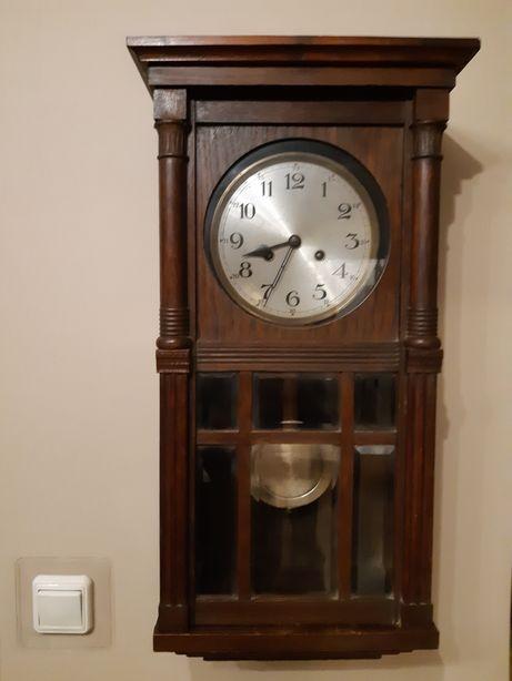 Stary zegar mechaniczny skrzynkowy