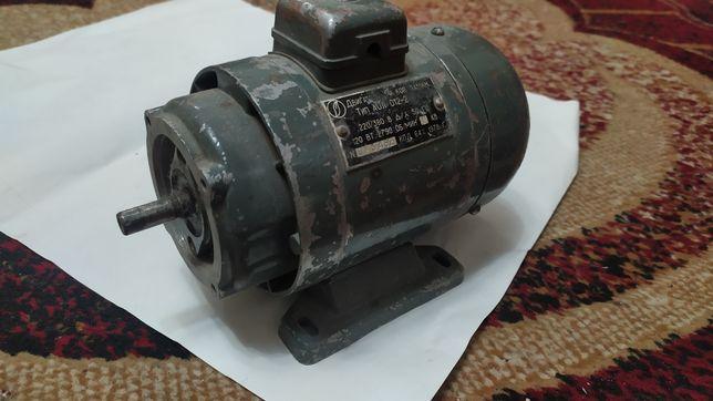Двигатель АОЛ 012-2