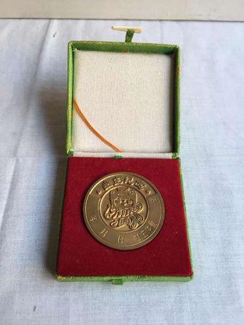 Medalha chinesa em metal com caixa de origem