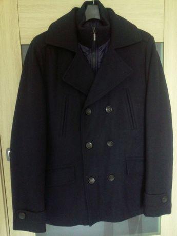 Черное мужское полу пальто с утеплителем