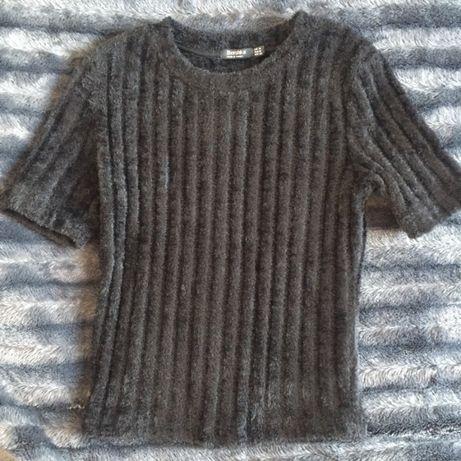 futrzany sweterek z krótkim rękawem Bershka