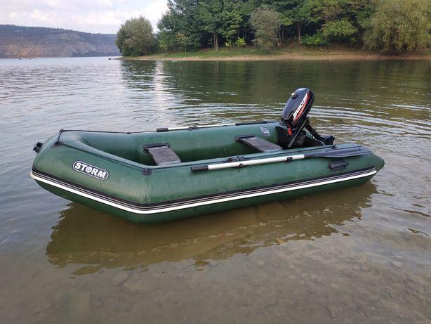 Лодка моторна з мотором