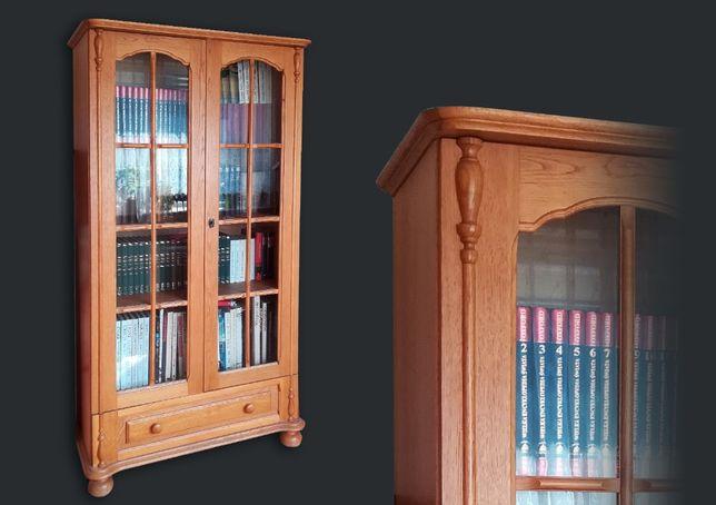 Stylowa drewniana biblioteczka z oszklonymi drzwiami i szufladą