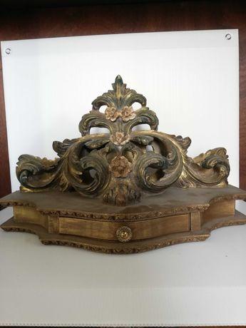 Movel com decoração antiga em madeira maciça