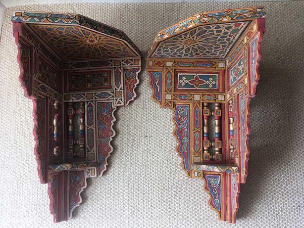 Par de pianhas de canto de madeira trabalhada e pintada