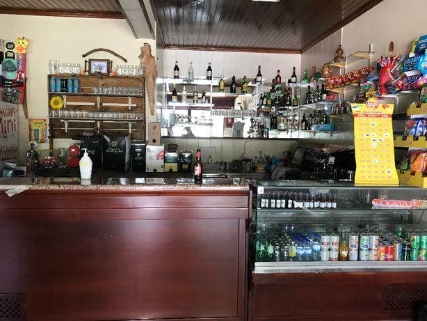 Vende Moradia T2+1 com café recente (novo à 7 anos) ou arrenda