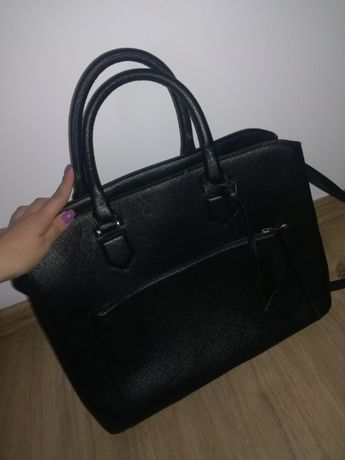 Czarna duża torebka.