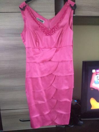 Sukienka różowa naprawdę ładnie się prezentuje
