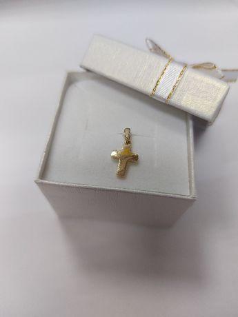 Złoty delikatny krzyżyk idealny na komunię