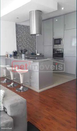 Fantástico Apartamento T2 Renovado com Terraço e Box.