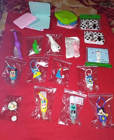 máscaras, frasco e pulseiras