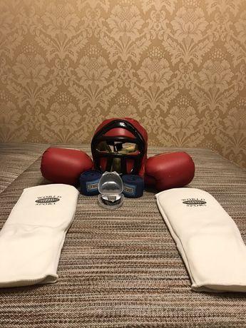Боксёрские перчатки, шлем для бокса, защита для ног, бинты, капа.