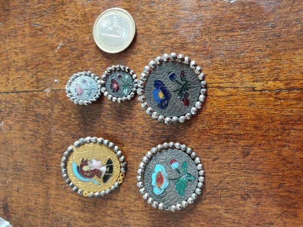 Cinco botões antigos