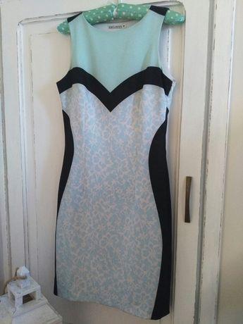 Suknia widoczna na zdjęciu.
