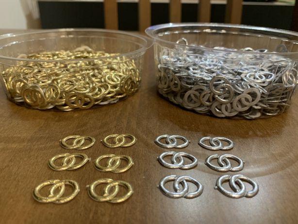 Złote srebrne obrączki, aplikacja obrączki. Wesele dekoracja stolu