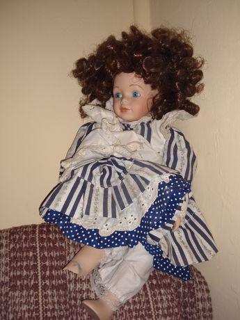 Sorzedam porcelanową figurkę dziewczyny